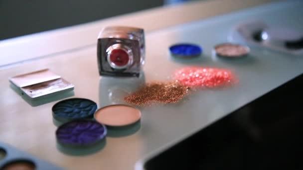 Cosmetische producten met pailletten sterren gerangschikt op een