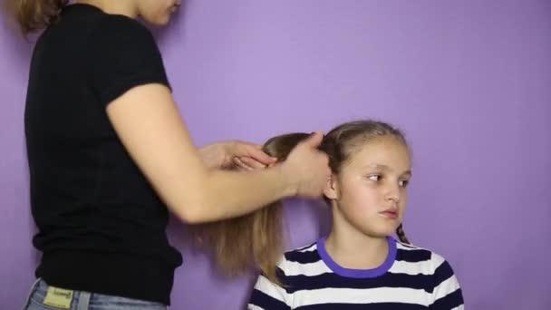 Flechten Sie Eine Kleine Susse Madchen Zopfe Der Friseur Macht Eine Madchen Frisur