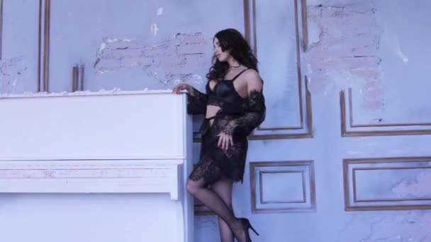 Módní focení s sexy mladá žena v krajkové spodní prádlo a ponožky ... 9e9baeec5d