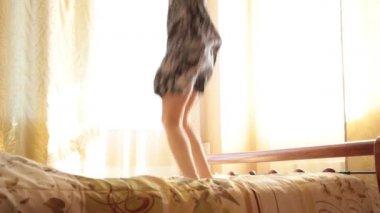 fiatal részeg arab lány vicces ugrás az ágyon