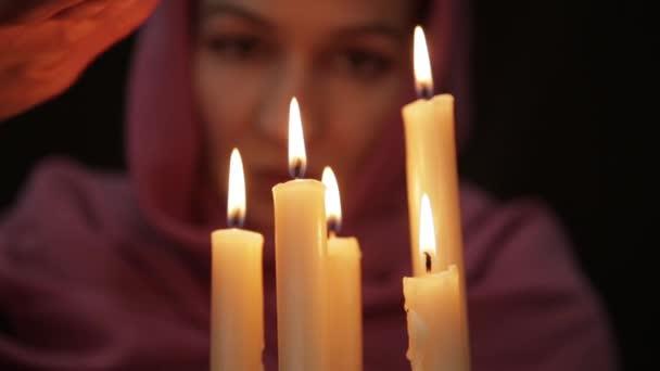 Žena, která dělá magický rituál. detail, několik svíček. Halloween nebo náboženství koncepce