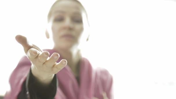 žena jako anděl dosahuje ruku a gest, aby šel s ním do světla. posmrtný život relogion koncept