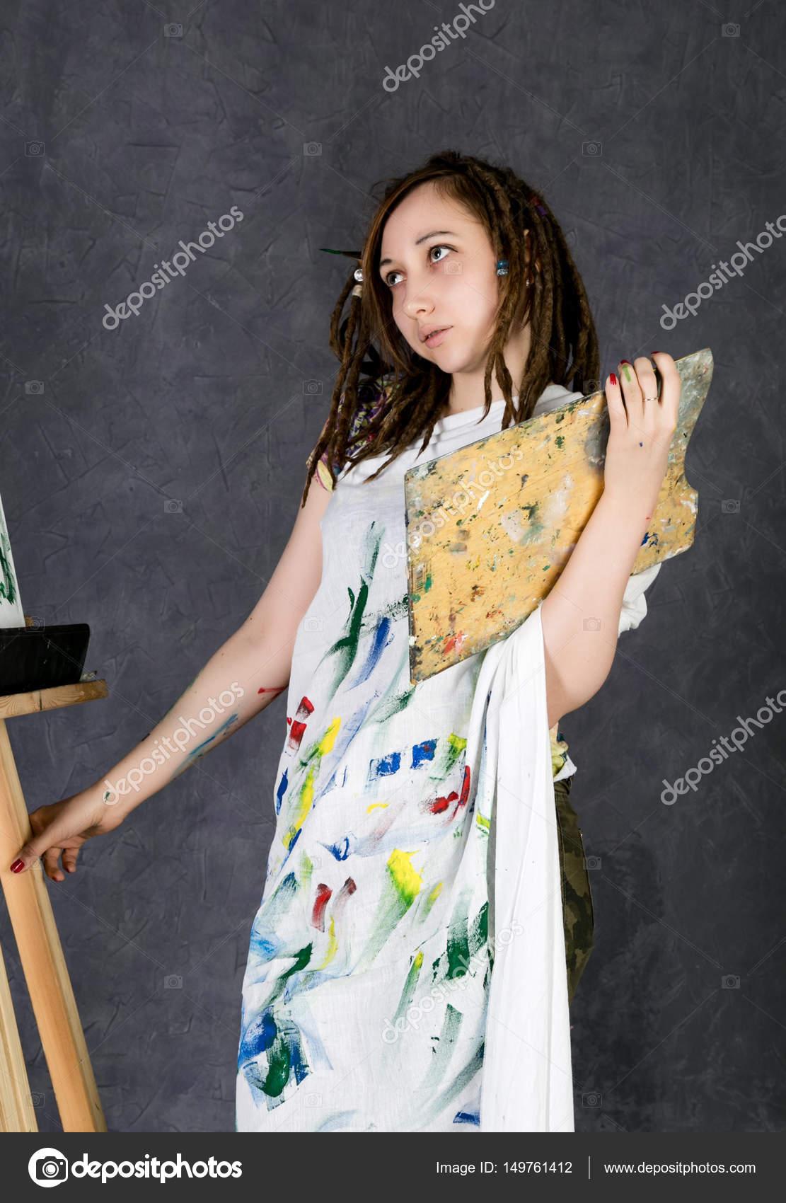 Девушка позирует художнику