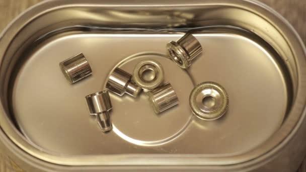 Pulizia di gioielli dal bagno ad ultrasuoni u video stock sandy