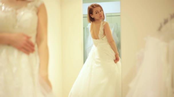 Elegante Braut Brautkleid im Brautmodengeschäft in Umkleidekabine ...