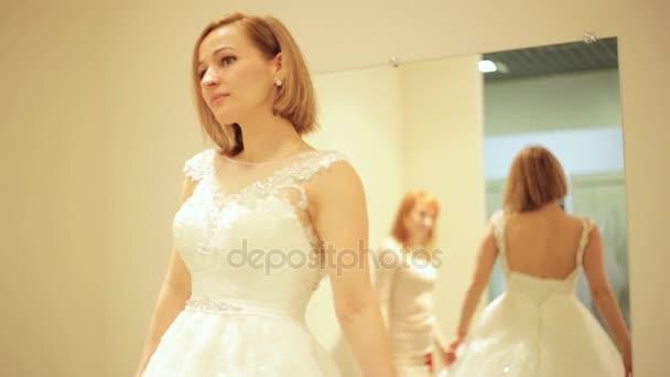 Verkäuferin hilft für schöne Braut Brautkleid Braut Boutique in ...