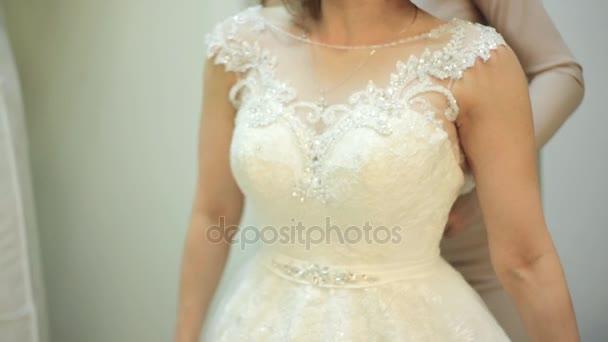 3ef911a6e2 Gyönyörű lány esküvői ruha menyasszonyi butik, üzlet eladó próbál segíteni,  a menyasszony, fitting szoba– stock felvétel