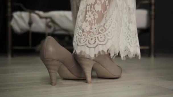 Hochzeitsnacht Braut Zu Einem Bett Kommt Entfernt Schuhe Und