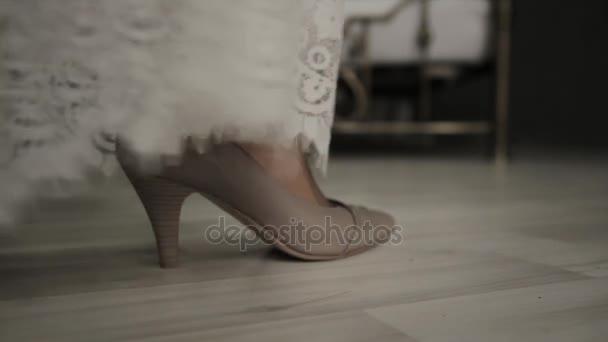 Detail mladá žena nohy. První svatební noc. Nevěsta přichází k posteli, odstraňuje boty a krajkové šaty