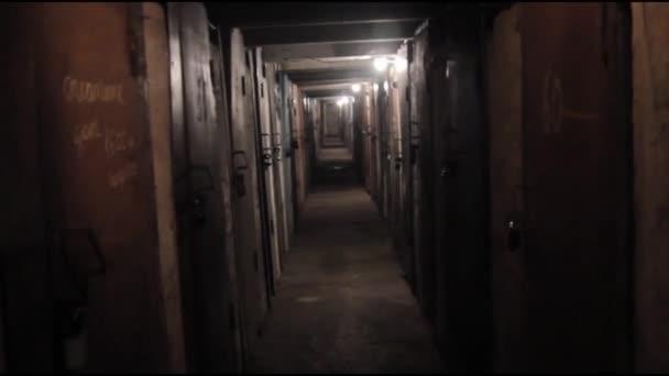 Sledování v chodbě starého domu, dlouhé a tmavé chodbě
