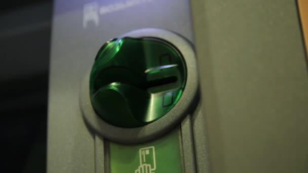 ženská ruka vložení platební karty v atm. bankovní bankomatu
