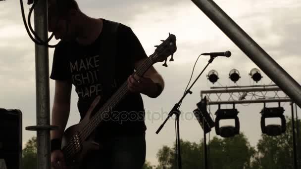Gitáros állítja be a berendezések, a koncert előtt. Punk zenét, heavy metal és rock csoport.
