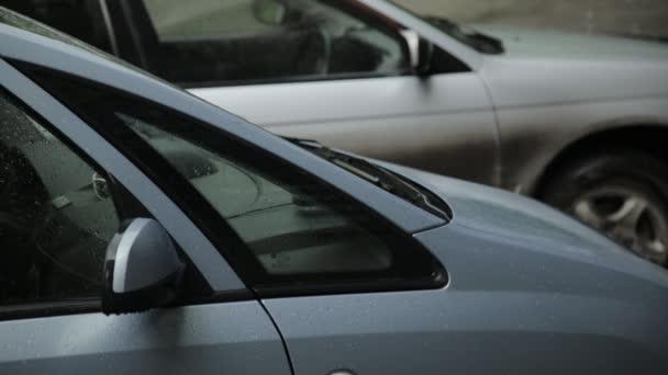 Déšť padá na straně auta, střecha a sklo