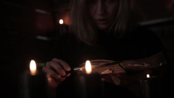 АРКАНЫ НЕБЛАГОПРИЯТНЫЕ ДЛЯ ЛЮБОВНЫХ ОТНОШЕНИЙ Depositphotos_171334096-stock-video-witch-holds-a-knife-and