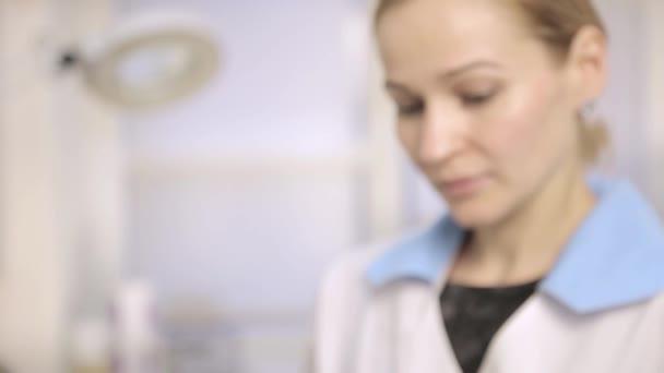 Női orvos, a nővér a kórházban mutatja a tabletták kell venni, hogy a beteg