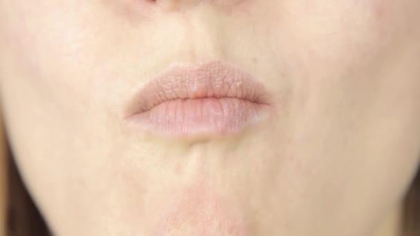 Close-up Frau essen Schokolade, Lippen nur Ansicht