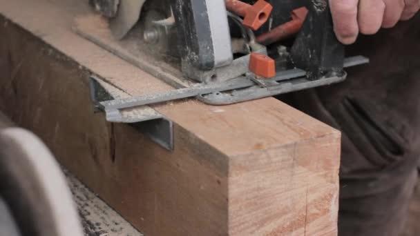 Werkstattmitarbeiter setzen Holzsägemaschinen ein. Holzsägen