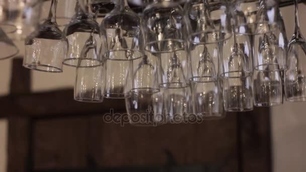 Jasné vinné sklenice visí nad barem, odmítl bocal