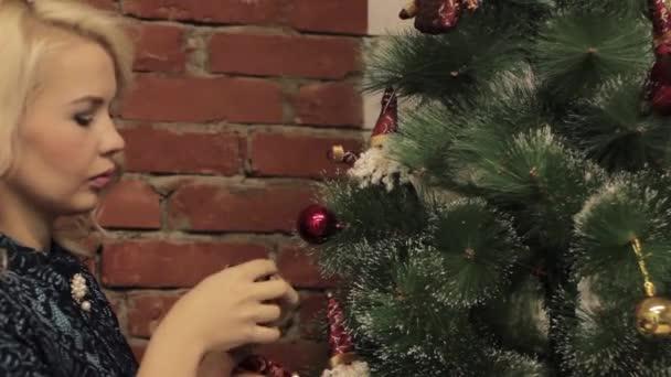 žena dekorace na vánoční stromeček s vánoční hračky