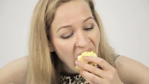 Close-up Frau Cupcakes mit Raserei nach schwächenden Diät essen