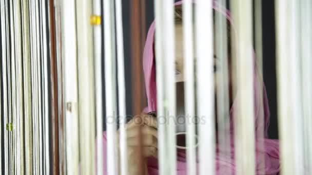 mladá muslimka arabský v růžové hidžáb pije cofee a díval se z okna