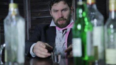 csalódott üzletember kap részeg egyedül a bárban