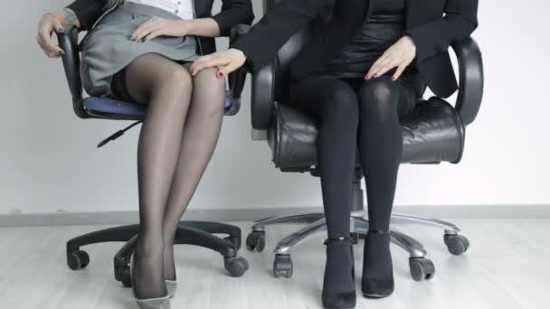 Lesbische Frauen verführen junge Mädchen Neues Milf-Porno-Video