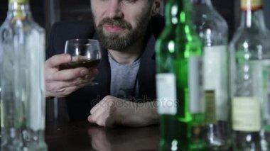 magányos ember szomorúság az alkohol öntsük a bárban. társadalmi kérdés alkoholizmus