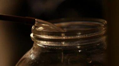 erős italok gyártása csepp alkohol csöpög a pohárba