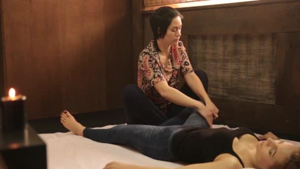 Thai jóga masszázs kezelés vagy a tradicionális Thai masszázs szakember terapeuta