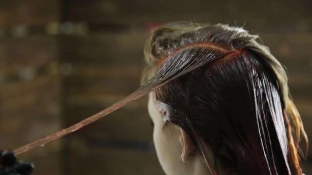 kadeřnice vlasy barvení pro mladou ženu. Krása, účes a lidé koncepce