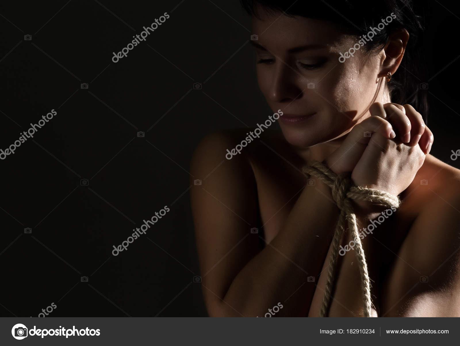 junge frau nackt gefesselt
