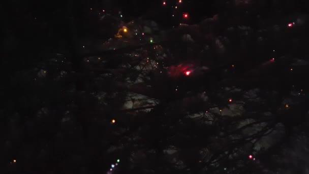 Vánoční stromeček je ozdobeno barevnými světly. Čekání na Vánoce ve tmě