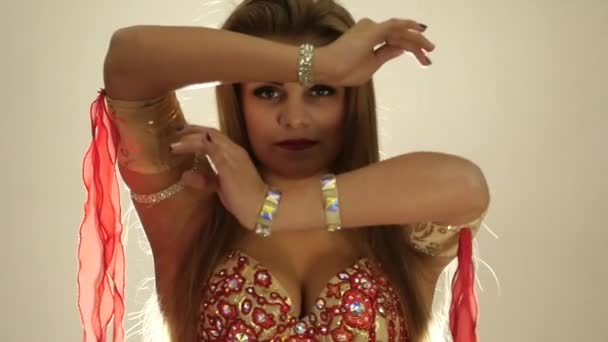 Сексуальный красивый восточный танец