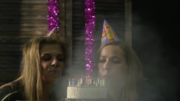 Šťastná žena emocionální sfoukl svíčky na narozeninový dort, svíčky uhašen