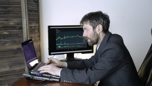kereskedő dolgozik laptop crypto tőzsdén. üzletember nyilvántartása az exchange valuta átváltási chart-on a számítógép-monitor