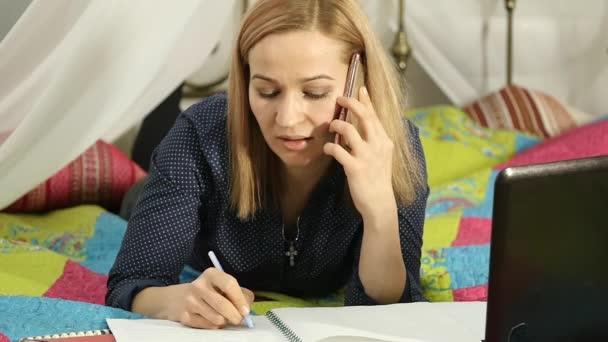krásné student pracuje na svém laptopu. on-line vzdělávání v domácnosti. Zpomalený pohyb
