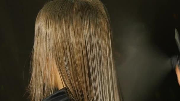stílusos fodrász a haj, egy gyönyörű nő, lassú víz vízcseppek