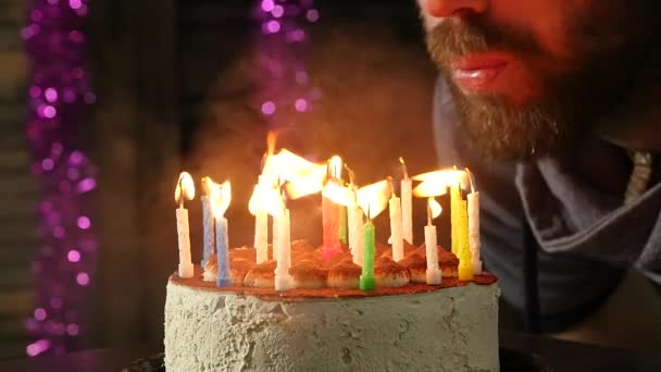 Šťastlivec emocionální sfoukl svíčky na narozeninový dort, svíčky uhašen