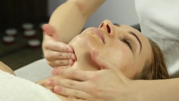 Szép nő, egyre arc masszázs, spa-ban. Arc Bőrápolás szépségszalon. 4k