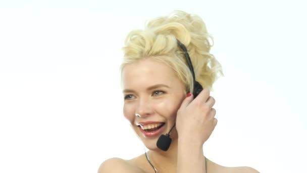 Sexy usmívající se žena pracuje v call-centru. Sluchátka s mikrofonem telemarketingu žena mluvila na helpline. Služby zákazníkům