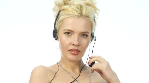 Sexy usmívající se žena pracuje v call-centru. Sluchátka s mikrofonem telemarketingu žena mluvila na helpline. Zpomalený pohyb
