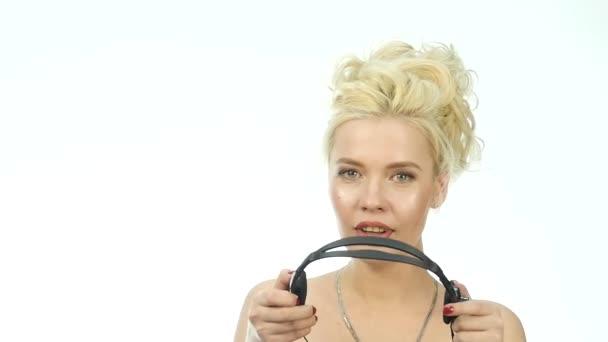 Sexy usmívající se žena pracuje v call-centru. Sluchátka s mikrofonem telemarketingu žena mluvila na helpline. 4k