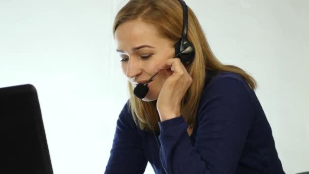 obraťte se na zástupce centra mluví na helpline, sluchátka s mikrofonem telemarketingu pozitivní ženské call centrum agent v práci. 4k
