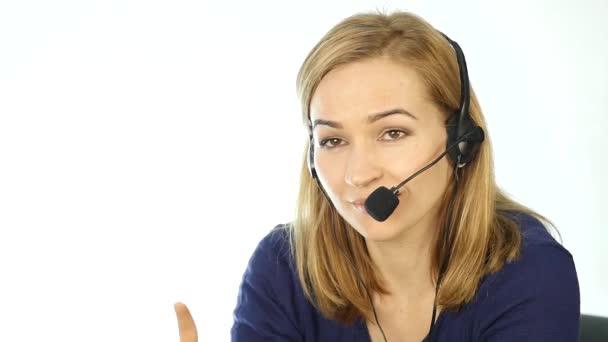 obraťte se na zástupce centra mluví na helpline, sluchátka s mikrofonem telemarketingu pozitivní ženské call centrum agent v práci. Zpomalený pohyb