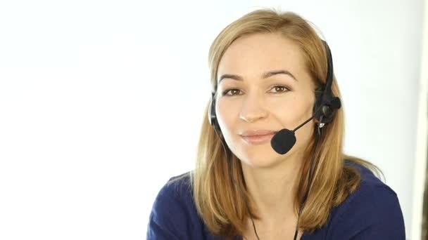 zaměstnanec pracuje v call-centru. Sluchátka s mikrofonem telemarketingu žena mluvila na helpline. Zpomalený pohyb