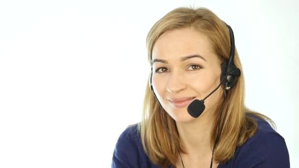 Ženskejch telefonní operátor v headsetu. zaměstnanec pracuje v call-centru. Zpomalený pohyb