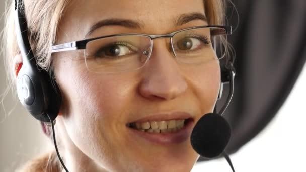 podnikatel, pracuje v call-centru. profesionální služby zákazníkům mluví na sluchátkách s mikrofonem. 4k