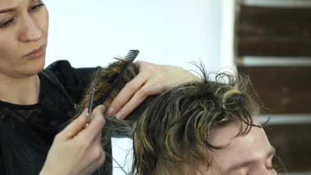 Formálás férfi haj vágás, női fodrászat, egy szépségszalon használ. 4k