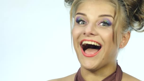 blažený výraz na tváři Zenske s úsměvem. Detailní záběr rty. 4k
